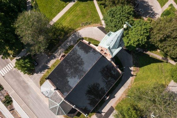 Vue aérienne de la toiture photovoltaïque de l'église néo-gothique de Sarpsborg, Norvège