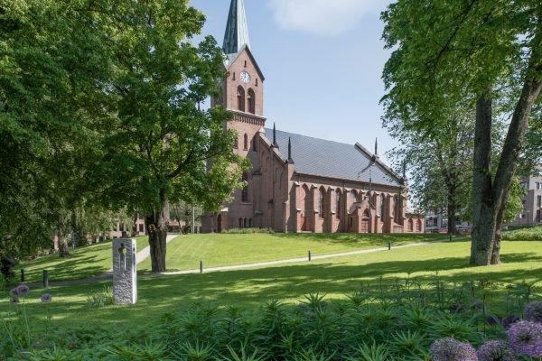 L'église néo-gothique de Sarpsborg, Norvège, et son toit solaire
