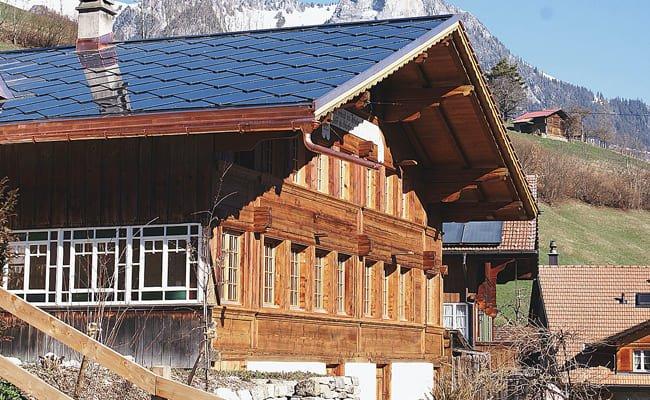 Chalet d'été et son toit SunStyle, Boltigen, Suisse